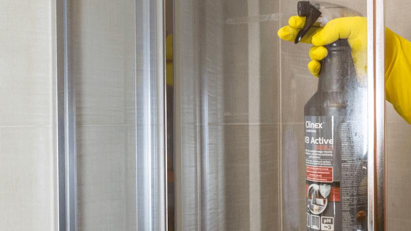 Czyszczenie kabiny prysznicowej preparatem Clinex